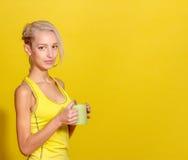 Πορτρέτο νέου και υγιούς ξανθού με το φλυτζάνι του τσαγιού Στοκ Φωτογραφίες
