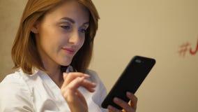 Πορτρέτο νέο γυναικών στο smartphone φιλμ μικρού μήκους