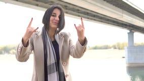 Πορτρέτο νέο θηλυκό rocker με το χέρι και της εξέτασης τη κάμερα απόθεμα βίντεο