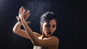 Πορτρέτο νέων κοριτσιών και καταβρέχοντας νερό στο πρόσωπό της όμορφο θηλυκό πρότυπο στο μαύρο υπόβαθρο στοκ φωτογραφία με δικαίωμα ελεύθερης χρήσης