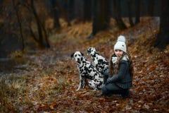 Πορτρέτο νέων κοριτσιών με τα δαλματικά σκυλιά της στοκ εικόνες με δικαίωμα ελεύθερης χρήσης