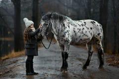 Πορτρέτο νέων κοριτσιών με το άλογο Appaloosa και τα δαλματικά σκυλιά Στοκ εικόνα με δικαίωμα ελεύθερης χρήσης