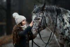Πορτρέτο νέων κοριτσιών με το άλογο Appaloosa και τα δαλματικά σκυλιά Στοκ εικόνες με δικαίωμα ελεύθερης χρήσης