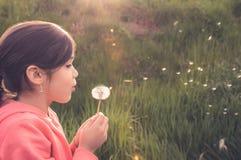 Πορτρέτο να ενεργήσει νέων κοριτσιών Στοκ φωτογραφίες με δικαίωμα ελεύθερης χρήσης