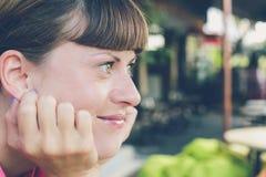 Πορτρέτο να ονειρευτεί τη νέα όμορφη γυναίκα στον καφέ υπαίθρια, νησί του Μπαλί, Ινδονησία Στοκ Εικόνα