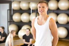 Πορτρέτο νεαρών άνδρων χαμόγελου στη γυμναστική ικανότητας στοκ εικόνες