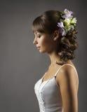 Πορτρέτο νυφών, λουλούδια γαμήλιου Hairstyle, νυφικό ύφος τρίχας Στοκ φωτογραφίες με δικαίωμα ελεύθερης χρήσης