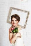 Πορτρέτο νυφών στο γαμήλιο φόρεμα σαμπάνιας Στοκ Εικόνες
