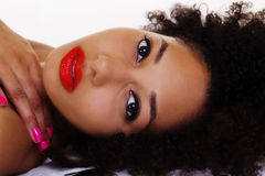 Πορτρέτο ξαπλώματος της όμορφης γυναίκας αφροαμερικάνων Στοκ Φωτογραφίες