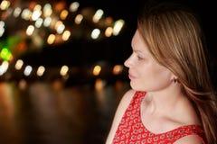 Πορτρέτο οδών νύχτας της όμορφης γυναίκας στο υπόβαθρο του κόλπου θάλασσας στοκ φωτογραφίες με δικαίωμα ελεύθερης χρήσης