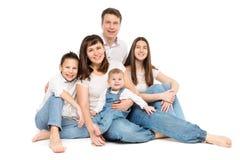 Πορτρέτο οικογενειακών στούντιο, ευτυχείς γονείς και τρία παιδιά στο λευκό στοκ εικόνες