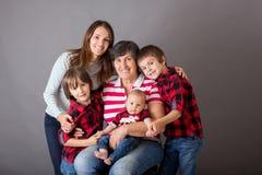 Πορτρέτο οικογενειακών Χριστουγέννων, που απομονώνεται στην γκρίζα, εικόνα στούντιο στοκ εικόνα