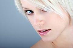 Πορτρέτο ομορφιάς κινηματογραφήσεων σε πρώτο πλάνο μιας ξανθής γυναίκας Στοκ Εικόνες