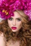 Πορτρέτο ομορφιάς κινηματογραφήσεων σε πρώτο πλάνο του νέου όμορφου κοριτσιού με το στεφάνι λουλουδιών στοκ εικόνες με δικαίωμα ελεύθερης χρήσης