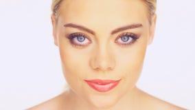 Πορτρέτο ομορφιάς μιας γυναίκας που καθαρίζει το πρόσωπό της απόθεμα βίντεο