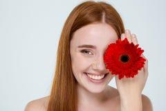 Πορτρέτο ομορφιάς μιας ευτυχούς γυναίκας με το λουλούδι στοκ φωτογραφίες με δικαίωμα ελεύθερης χρήσης