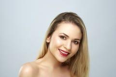 Πορτρέτο ομορφιάς μιας νέας γυναίκας, που χαμογελά, στοκ φωτογραφία με δικαίωμα ελεύθερης χρήσης