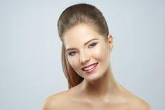 Πορτρέτο ομορφιάς μιας νέας γυναίκας, που χαμογελά, στοκ εικόνα