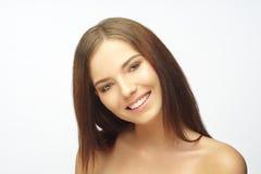 Πορτρέτο ομορφιάς μιας νέας γυναίκας, που χαμογελά, στοκ εικόνες