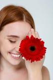 Πορτρέτο ομορφιάς μιας χαμογελώντας γυναίκας με το λουλούδι Στοκ Εικόνα