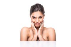 Πορτρέτο ομορφιάς μιας χαμογελώντας γυναίκας με το φρέσκο δέρμα που εξετάζει τη κάμερα απομονωμένης σε ένα άσπρο υπόβαθρο Στοκ Εικόνα