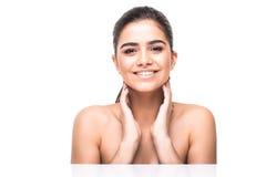 Πορτρέτο ομορφιάς μιας χαμογελώντας γυναίκας με το φρέσκο δέρμα που εξετάζει τη κάμερα απομονωμένης σε ένα άσπρο υπόβαθρο Στοκ φωτογραφίες με δικαίωμα ελεύθερης χρήσης
