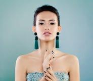 Πορτρέτο ομορφιάς μόδας της χαριτωμένης νέας γυναίκας στοκ φωτογραφίες