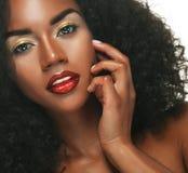 Πορτρέτο ομορφιάς της γυναίκας αφροαμερικάνων με το afro hairstyle και τη γοητεία makeup στοκ εικόνα