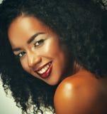 Πορτρέτο ομορφιάς της ελκυστικής γυναίκας αφροαμερικάνων με το μεγάλες afro και τη γοητεία makeup στοκ εικόνες με δικαίωμα ελεύθερης χρήσης
