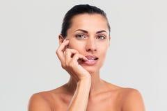 Πορτρέτο ομορφιάς της ελκυστικής γυναίκας με το φρέσκο δέρμα Στοκ εικόνες με δικαίωμα ελεύθερης χρήσης