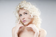 Πορτρέτο ομορφιάς της ελκυστικής νέας ξανθής γυναίκας Στοκ Εικόνες