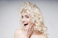 Πορτρέτο ομορφιάς της ελκυστικής νέας ξανθής γυναίκας Στοκ φωτογραφία με δικαίωμα ελεύθερης χρήσης