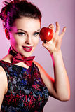 Πορτρέτο ομορφιάς της νέας γυναίκας με το μήλο Στοκ Εικόνα