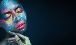 Πορτρέτο ομορφιάς της νέας γυναίκας με το μπλε καλλιτεχνικό makeup στοκ εικόνες