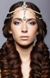 Πορτρέτο ομορφιάς της νέας γυναίκας με diadem Κορίτσι Brunette με το λ στοκ φωτογραφία