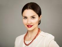 Πορτρέτο ομορφιάς της νέας γυναίκας στην άσπρη μπλούζα Στοκ Φωτογραφίες