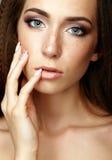 Πορτρέτο ομορφιάς της νέας γυναίκας σχετικά με το πρόσωπο με τα δάχτυλα Brune στοκ εικόνες