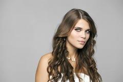 Πορτρέτο ομορφιάς της νέας ελκυστικής γυναίκας στοκ εικόνες