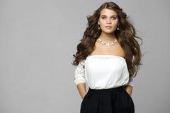 Πορτρέτο ομορφιάς της νέας ελκυστικής γυναίκας στοκ εικόνες με δικαίωμα ελεύθερης χρήσης