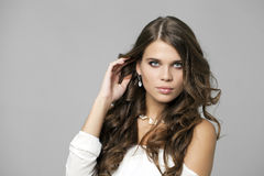 Πορτρέτο ομορφιάς της νέας ελκυστικής γυναίκας στοκ φωτογραφία με δικαίωμα ελεύθερης χρήσης