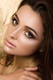 Πορτρέτο ομορφιάς της νέας όμορφης γυναίκας με τη σύνθεση μόδας στοκ φωτογραφία