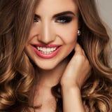 Πορτρέτο ομορφιάς της ξανθής γυναίκας με τη γοητεία makeup στοκ φωτογραφία