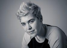 Πορτρέτο ομορφιάς της όμορφης νέας transgender πρότυπης τοποθέτησης ατόμων εφήβων ευτυχούς στοκ εικόνες με δικαίωμα ελεύθερης χρήσης