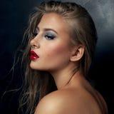 Πορτρέτο ομορφιάς του νέου προκλητικού κοριτσιού Στοκ Εικόνες