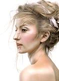 Πορτρέτο ομορφιάς του προτύπου με το λαμπρό δέρμα, και ρομαντική κυματιστή τρίχα Στοκ Εικόνες