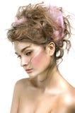 Πορτρέτο ομορφιάς του προτύπου με το λαμπρό δέρμα, και ρομαντική κυματιστή τρίχα Στοκ εικόνες με δικαίωμα ελεύθερης χρήσης