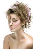 Πορτρέτο ομορφιάς του προτύπου με το λαμπρό δέρμα, και ρομαντική κυματιστή τρίχα Στοκ φωτογραφίες με δικαίωμα ελεύθερης χρήσης