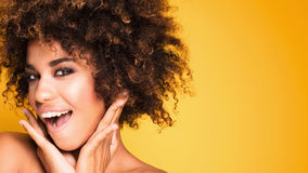 Πορτρέτο ομορφιάς του χαμογελώντας κοριτσιού με το afro Στοκ εικόνες με δικαίωμα ελεύθερης χρήσης