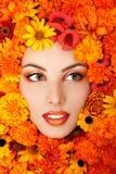 Πορτρέτο ομορφιάς του όμορφου θηλυκού προσώπου με το πορτοκαλί fra λουλουδιών Στοκ Φωτογραφίες