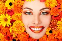 Πορτρέτο ομορφιάς του όμορφου θηλυκού προσώπου με το πορτοκαλί fra λουλουδιών Στοκ εικόνα με δικαίωμα ελεύθερης χρήσης
